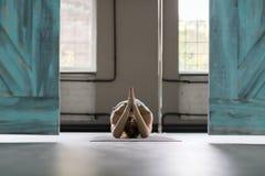 Kobieta Robi joga Ćwiczy W Gym, sport sprawności fizycznej dziewczyny Stażowy rozciąganie zdjęcia royalty free