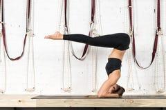 Kobieta Robi joga Ćwiczy W Gym, sport sprawności fizycznej dziewczyny Stażowy rozciąganie zdjęcie stock