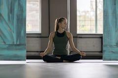 Kobieta Robi joga Ćwiczy W Gym, sport sprawności fizycznej dziewczyny Stażowy rozciąganie zdjęcia stock