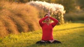 Kobieta robi joga na trawie zbiory wideo