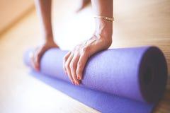 Kobieta robi joga przy drewnianą podłoga Fotografia Royalty Free