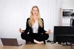 Kobieta Robi joga W biurze zdjęcia royalty free