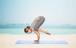 Kobieta robi joga w dźwigowej pozie na macie Fotografia Stock