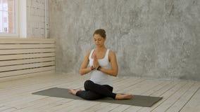 Kobieta robi joga w domu - Marichyasana lub Marichi ` s poza Zdjęcia Stock