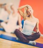 Kobieta robi joga ćwiczeniu Zdjęcia Royalty Free