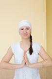 Kobieta robi joga ćwiczeniu w gym Zdjęcie Royalty Free