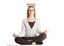 Kobieta robi joga z książką na głowie zdjęcia stock
