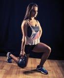 Kobieta robi lunges z kettlebell Obraz Royalty Free