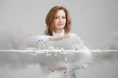 Kobieta robi magicznemu skutkowi - błyskowa błyskawica Pojęcie elektryczność, wysoka energia Obrazy Royalty Free
