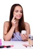 Kobieta robi makeup odizolowywającemu na bielu Zdjęcia Stock