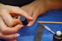 kobieta robi manicure'owi Zdjęcie Royalty Free