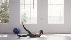 Kobieta robi niskiemu abs treningowi przy sprawności fizycznej studiiem zbiory wideo