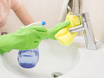 Kobieta robi obowiązek domowy w łazience Zdjęcia Stock