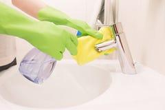 Kobieta robi obowiązek domowy w łazience Obrazy Stock