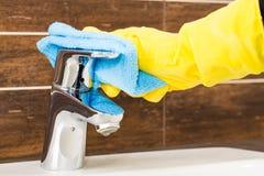 Kobieta robi obowiązek domowy w łazience Zdjęcie Royalty Free