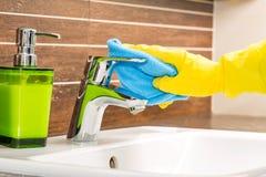 Kobieta robi obowiązek domowy w łazience Obrazy Royalty Free