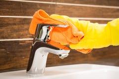 Kobieta robi obowiązek domowy w łazience Obraz Royalty Free