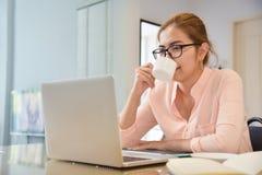 Kobieta robi Online robić zakupy w domu Obraz Stock