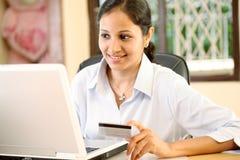 Kobieta robi online zakupowi fotografia royalty free