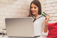 Kobieta robi online zapłatom z kartą kredytową i laptopem zdjęcie royalty free