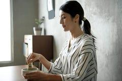 Kobieta robi orientalnej zielona herbata japończyka ceremonii obraz royalty free