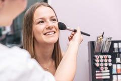 Kobieta robi piękna traktowaniu w barze Fotografia Stock