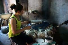 Kobieta robi podpasanie tortowi .BA RIA, WIETNAM LUTY 2 (banh trang) zdjęcia royalty free