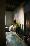 Kobieta robi podpasanie tortowi .BA RIA, WIETNAM LUTY 2 (banh trang) fotografia royalty free