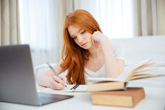 Kobieta robi pracie domowej w domu Obraz Royalty Free