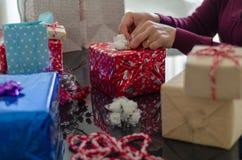 Kobieta robi prezentów pakunkom obrazy stock