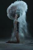 Kobieta robi pyłowi z jej włosy Zdjęcia Royalty Free