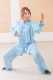 Kobieta robi Qi gongu tai chi ćwiczeniu Obraz Royalty Free