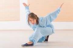 Kobieta robi Qi gongu tai chi ćwiczeniu Zdjęcia Stock