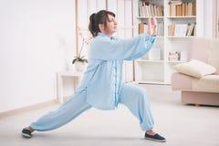 Kobieta robi Qi gongu tai chi ćwiczeniu Obrazy Royalty Free