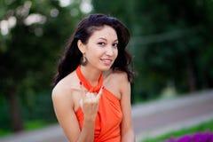 Kobieta robi rockowemu gestowi Obraz Stock
