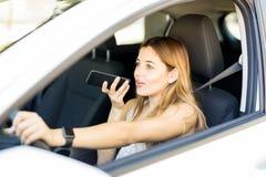 Kobieta robi rozmowie telefonicza podczas gdy jadący obrazy stock