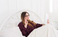 Kobieta robi selfie dla Instagram w łóżku Zdjęcie Royalty Free