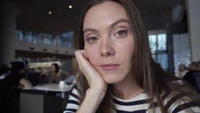 Kobieta robi selfie Dziewczyny szczęśliwy ono uśmiecha się na kawiarni zdjęcie wideo