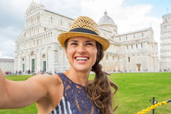 Kobieta robi selfie na piazza dei miracoli, Pisa Zdjęcia Royalty Free