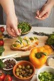 Kobieta robi smakowitym bruschettas dla zdrowej przekąski, zbliżenie Zdjęcia Stock