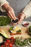 Kobieta robi smakowitym bruschettas dla zdrowej przekąski, zbliżenie Fotografia Stock