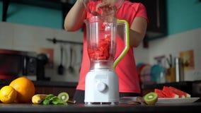 Kobieta Robi Smoothie z owoc w Blender zdjęcie wideo