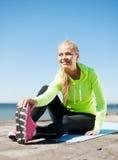 Kobieta robi sportom outdoors Zdjęcie Royalty Free