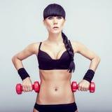 Kobieta robi sprawności fizycznej ćwiczeniu z ręki ciężarami. Zdjęcie Stock