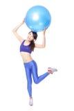 Kobieta robi sprawności fizycznej ćwiczy z dysponowaną piłką Fotografia Stock