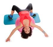 Kobieta robi sprawności fizycznej ćwiczy z dysponowaną piłką Zdjęcia Stock