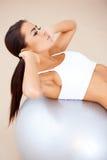Kobieta robi sprawności fizycznej ćwiczy z dysponowaną piłką Zdjęcia Royalty Free