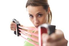 Kobieta robi sprawności fizycznej ćwiczeniu z gumowym zespołem Fotografia Royalty Free