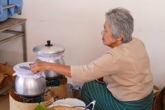Kobieta robi Tajlandia cząberowi i cukierki tradycyjna przekąska Obraz Royalty Free