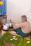 Kobieta robi Tajlandia cząberowi i cukierki tradycyjna przekąska Zdjęcia Royalty Free